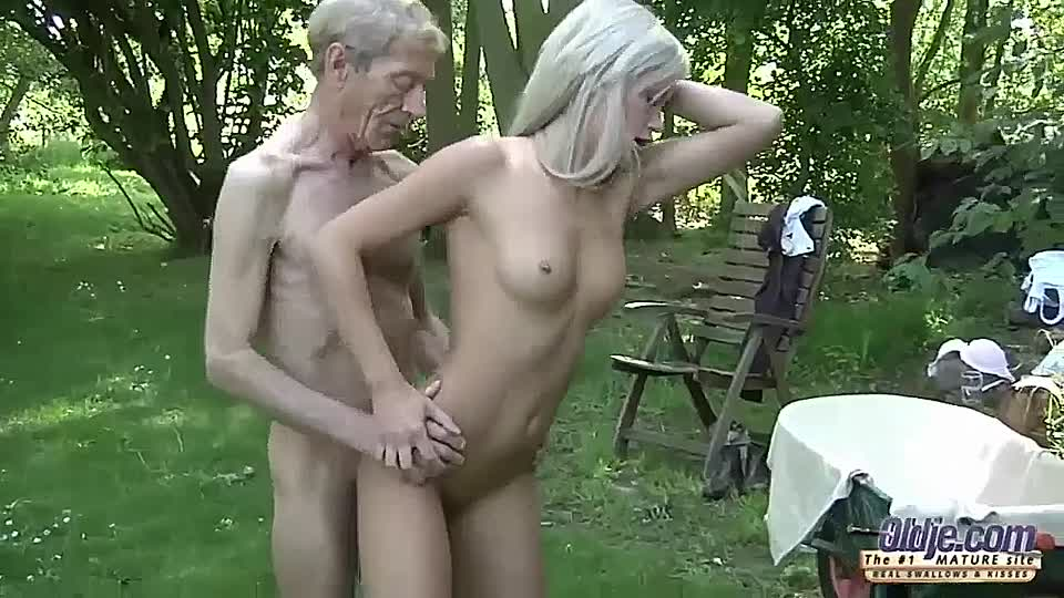 Opa fickt blondine